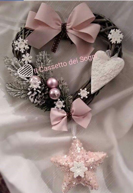 Ghirlanda natalizia rosa cipria per un Natale davvero chic... https://www.facebook.com/Il-Cassetto-dei-Sogni-1890162974542736/