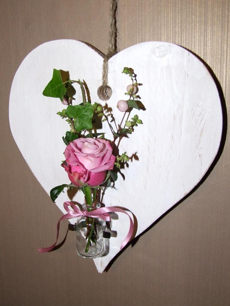 houten hart met vaasje