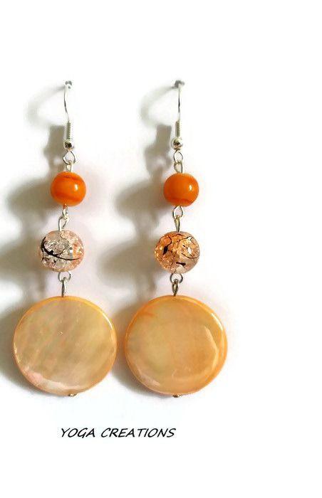 Boucles d'oreilles en perle plate nacrée et perles de verre orange : Boucles d'oreille par yogacreations