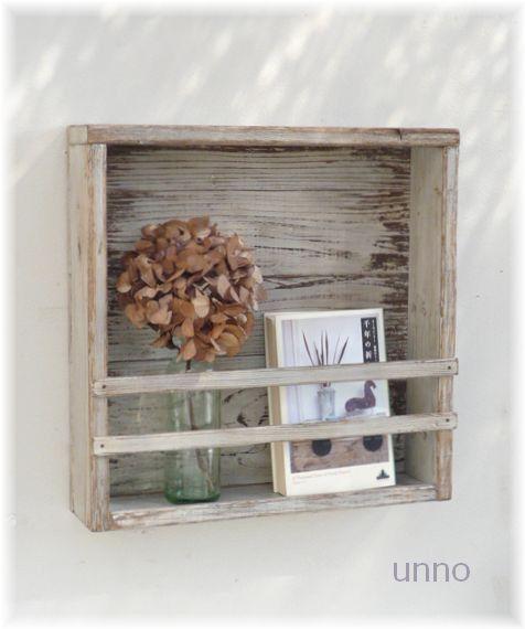 木箱のような素朴なつくりとバーンウッドのような枯れた風合いがちょうどカントリーアンティークのような仕上がりの飾り棚です。枠部分は新しい材料にダメージングをかけ...|ハンドメイド、手作り、手仕事品の通販・販売・購入ならCreema。