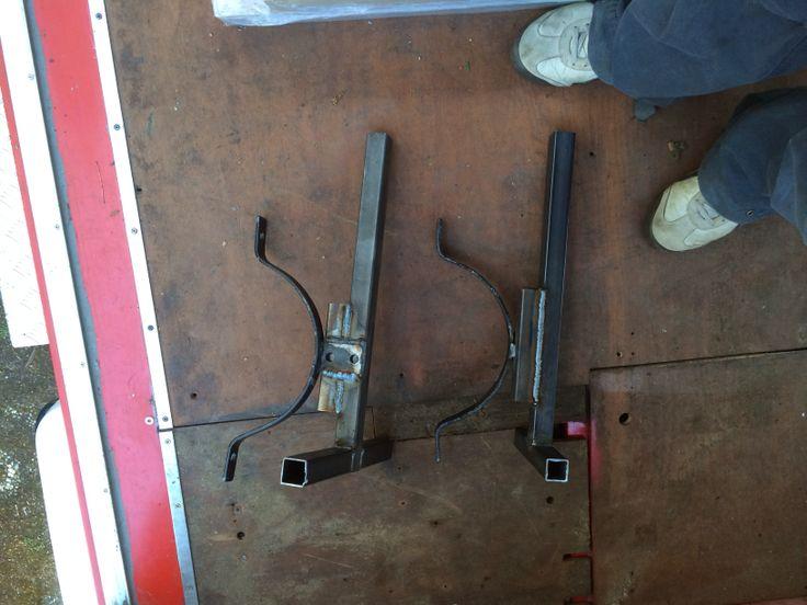 Montagebeugels van gastank voor bevestiging.  Lijken wel machinegeweren