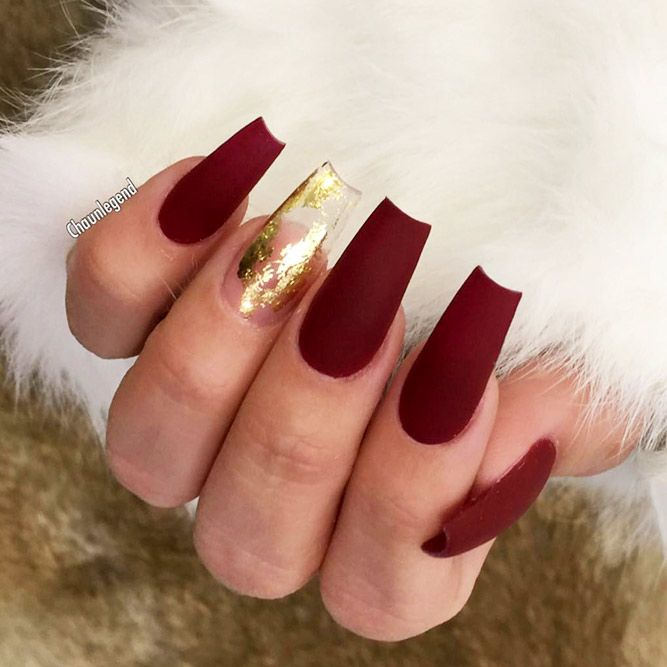 33 Stunning Gold Foil Nail Designs To Make Your Manicure Shine Gold Acrylic Nails Gold Nail Designs Red And Gold Nails