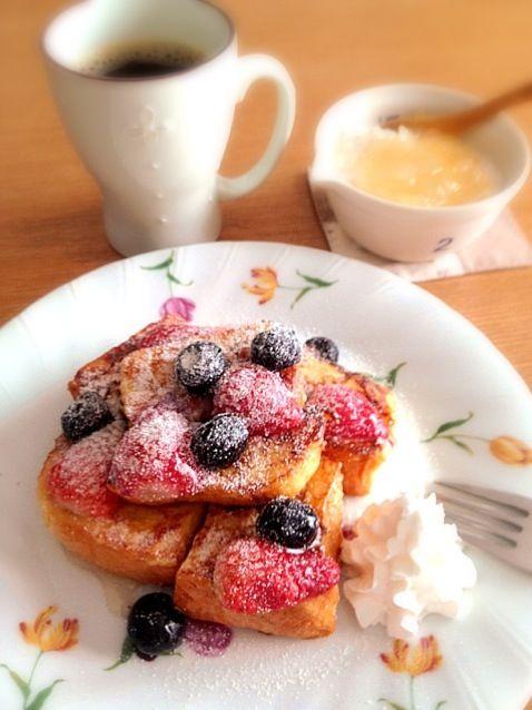 遅い朝ごはんなう(^_^;) - 21件のもぐもぐ - ダブルベリーのフレンチトースト/レモンマーマレードの豆乳ヨーグルト/ブラックコーヒー by なお