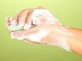El jabón es un producto que sirve para la higiene personal y para lavar determinados objetos. Se puede encontrar en pastilla, en polvo, en crema o en líquido.