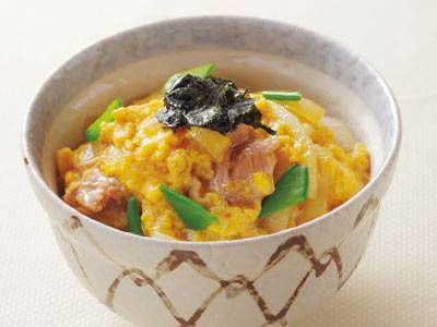 bowl of rice with chicken and eggs  ふわとろ親子丼