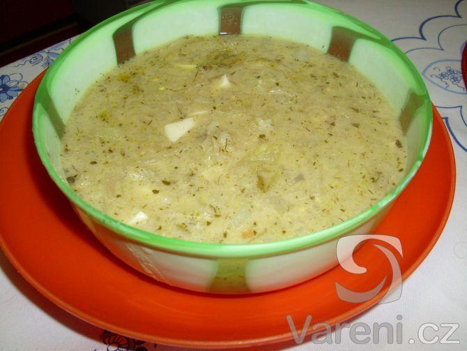 Recept na polévku se zelím, vejcem, brambory a koprem.