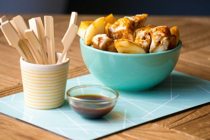 Van appelsap maakte ik een marinade en saus voor deze gegrilde appel kipjes die je op tafel zet bij een feestje om te prikken.