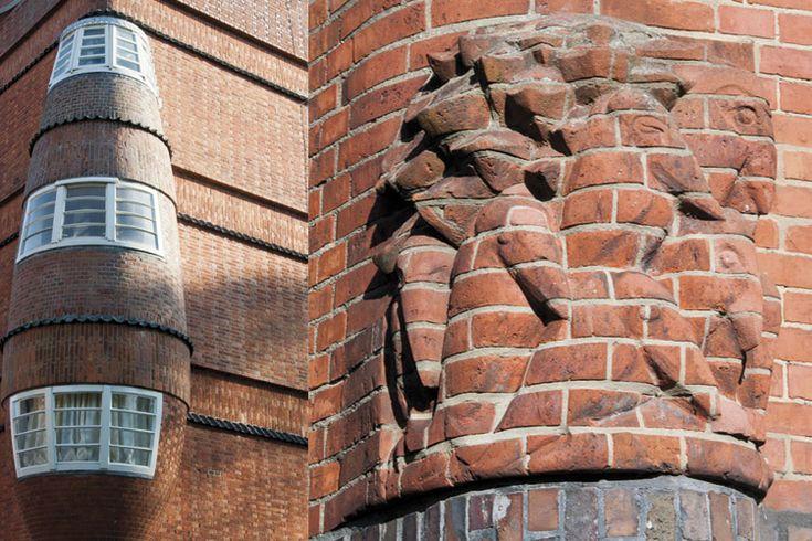 Gevel van Het Schip (museum). Vrije metselaars waren het een eeuw geleden, vaklui aan wie de architect de uitvoering van zijn ideeën veilig kon overlaten. Het plezier straalt er van af bij Het Schip, het meesterwerk van Michel de Klerk.