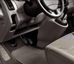 Entretenir la moquette et les tapis de solLes moquettes ont tendance à s'abîmer rapidement, notamment à la place du conducteur. Il est très important de veiller à leur entretien : en effet, une moquette laissera passer l'humidité, accélérant la corrosion du plancher.Pour protéger vos moquettes de l'usure et des taches, il est avant tout fortement recommandé d'ajouter un jeu complet de tapis de sol (de 15 à 150 euros selon les modèles).