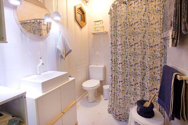 Aposte em caixas organizadoras! Sim, grandes, médias, pequenas, o que couber no seu espaço, mas use-as. Pare para pensar um minuto no número de vezes que você já organizou o seu armário de banheiro.