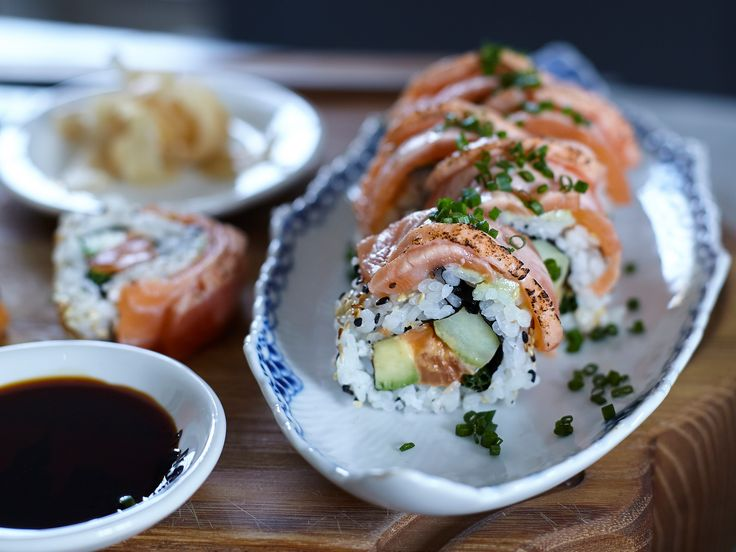 Spicy inside out sushi salmon rolls | Recept från Köket.se