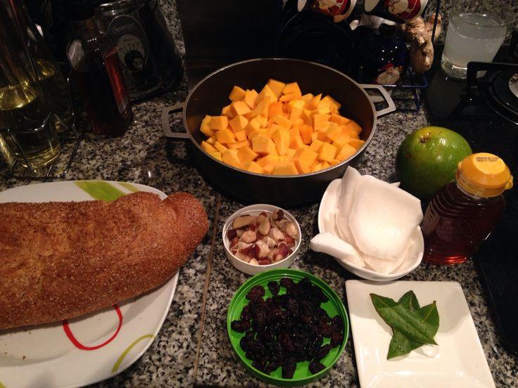 Ingredientes para una torta de ahuyama, auyama o zapallo. Pan integral, miel, zapallo, leche de coco, hojas de laurel, ralladura de naranja, pizca de sal, nueces y uvas pasas
