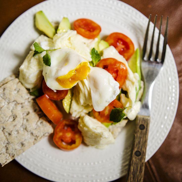 #caprese #mozarella #tomatoes #avocado #oliveoil #foodcoaching #easypeasy #egg #breakfast #lifesambrosia
