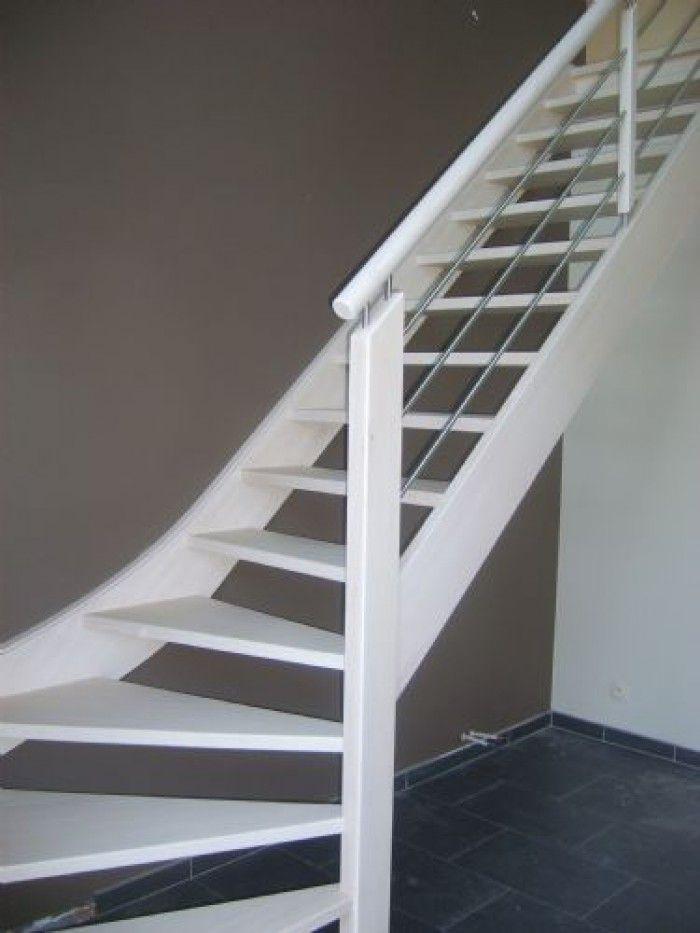 Moderne houten trap   witte trap met grijze muur   open houten trap met onderkwart en metalen balustrade met ronde leuning   www.meesterintrappen.nl