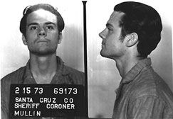 A principios de los años setenta, durante el fin del movimiento hippie, Herbert Mullin se convirtió en un asesino en serie de California. El joven tuvo una infancia normal, pero secretamente estaba convencido de que los niños recibían señales telepáticas de sus padres para que no jueguen con él, este fue el primero de los desordenes mentales que lo convirtieron en el escalofriante y excéntrico asesino de 13 personas.
