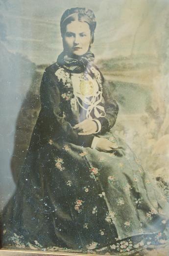 Kvinne i hallingbunad fra Nesbyen ca. 1880. http://home.online.no/~vi-hjoen/