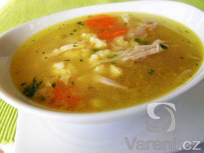 Recept na sytou polévku s kuřecím masem a krupicovou zavářkou. Tuto polévku můžeme servírovat i samostatně s pečivem třeba k večeři.