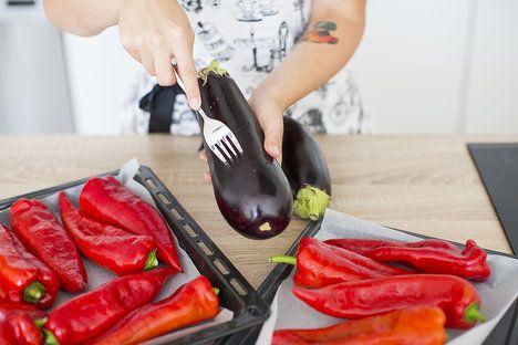 Lilky několikrát propíchejte vidličkou a spolu s paprikami je dejte vcelku péct. Nejlepší jsou sice z ohně, ale my si vystačíme i s troubou :-); Greta Blumajerová