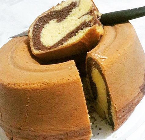 O bolo mármore fofinho é aquele bolo que tem duas cores que tá fazendo o maior sucesso nas redes sociais e eu para não passar por baixo resolvi testar essa receita de bolo mármore fácil para ver se dava certo mesmo. O bolo mármore também é muito conhecido como bolo inglês e bolo mesclado em alguns lugares.