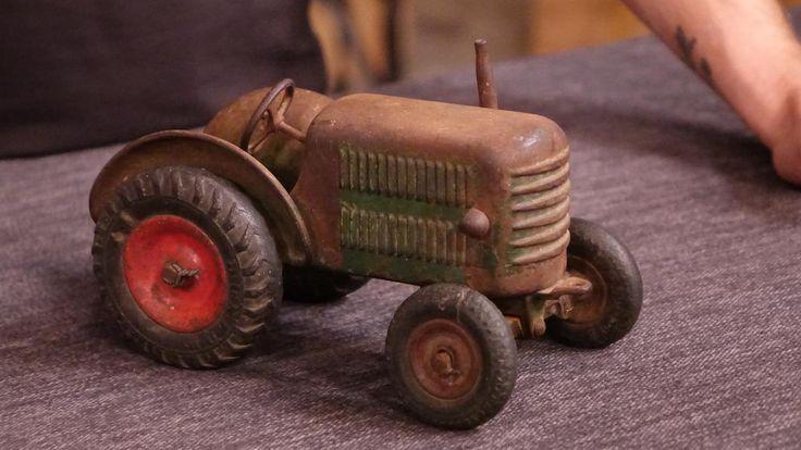 Spielzeug-Traktor - Dunlopreifen,Spritzgussverfahren, Gusseisen,Trapezpendelachse, Holzunterteil, 20er/30er Jahre   Wert 50 -80 €  Erlös 150 €
