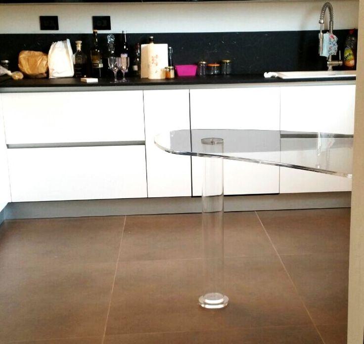 All plexiglas everything!  Tavolo-penisola per cucina di Lab145. Realizzato su misura per cliente privato a Modena  http://www.lab145.it  Bespoke kitchen peninsula-table from Lab145. Private client in Modena