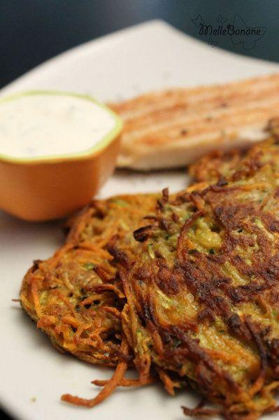 Rôsti de légumes au sarrasin Pour une douzaine de röstis  1 patate douce, 1 carotte, 1 courgette, 2 échalotes, 1 gousse d'ail, 85g de farine de sarrasin, 2 oeufs, sel et poivre.