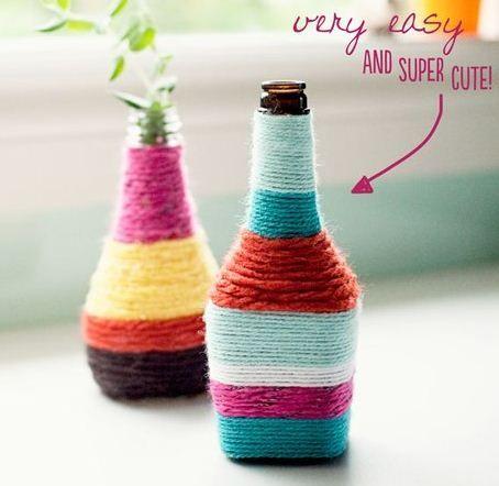Reciclar botellas decorándolas con lana es facil de hacer y es un hermoso adorno muy chic.