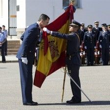 SAN JAVIER - De Spaanse prins Felipe en prinses Letizia hebben het 25-jarig jubileum van zijn afstudeerjaar aan de Spaanse luchtvaartacademie bijgewoond.