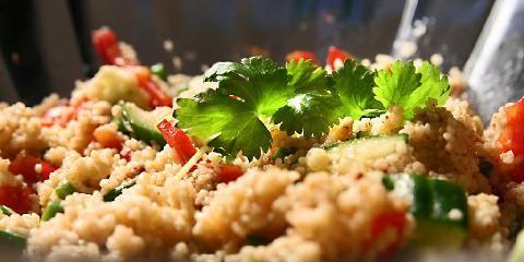 Couscous med friske grønnsaker - Denne her havner på Topp 10-lista over raske middager. Couscous går nemlig dobbelt så fort å lage, som pasta.