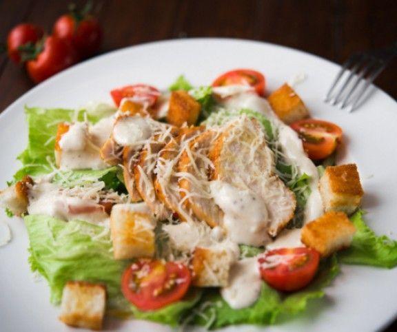 11 szuper salátát mutatunk, amiket vacsorára is elkészíthetsz, vagy akár magaddal viheted ebédre. Gyorsan és könnyen elkészíthető receptek, amikért az alakod is hálás lesz.