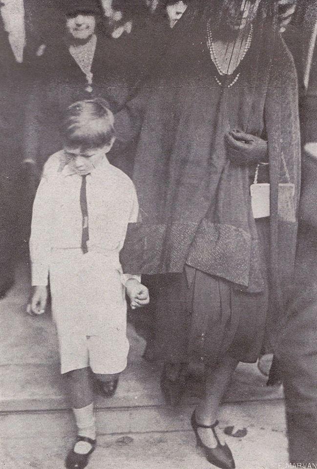 Trei secvențe de la momentul investirii micului Principe Mihai ca Regele Mihai I al României, la nici 6 ani, pe 20 Iulie 1927, sub Regență: intrarea în Parlament, depunerea Jurământului și plecarea de la ceremonie, parcă împovărat deja de ceea ce urma să îl aștepte…  Românii își vor Regii înapoi pe Tron!