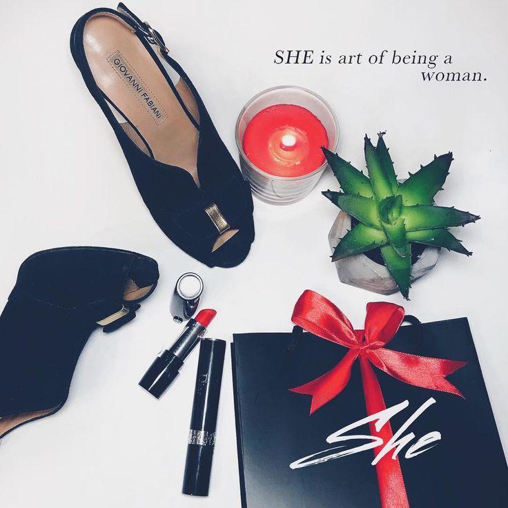 Упаковываем с любовью❤️ Наши фирменные коробочки остались в Малайзии 🇲🇾, но что может быть лучше черно-красной гаммы?❤️🖤❤️ И кстати, ваши любимые пижамки скоро будут на скидках🌹 #shebydivine