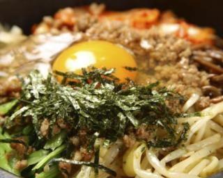 Bibimbap ou plat coréen de riz, légumes et viande marinée