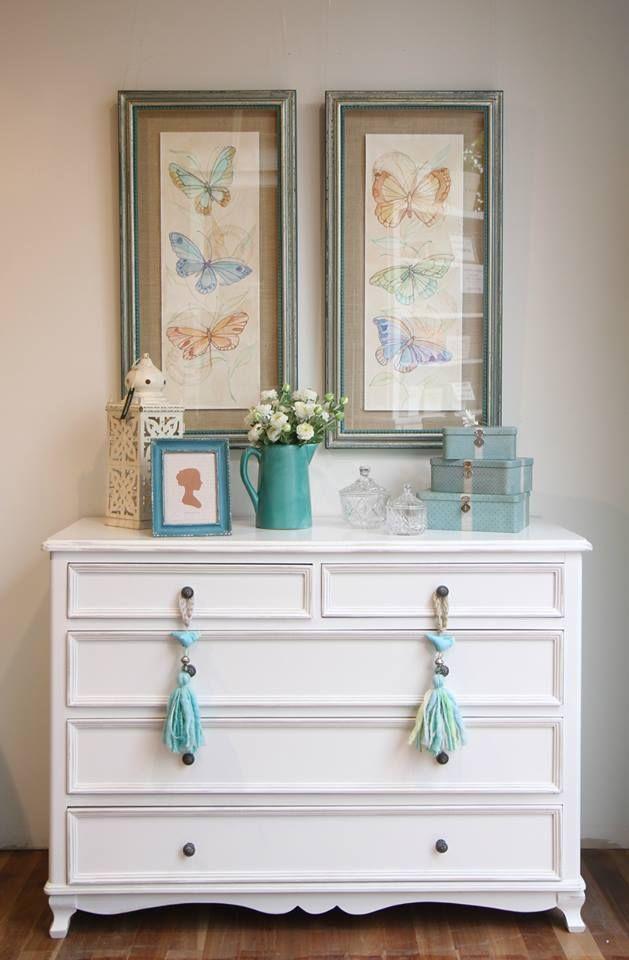 Cómoda pintada a mano, 5 cajones, blanca. Cuadros de mariposas originales, acuarela. Objetos de decoración