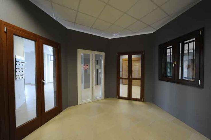 Porte finestre e le finestre in questa foto dello Showroom Atres Living di Varese dedicato a porte, finestre ed accessori per gli infissi.