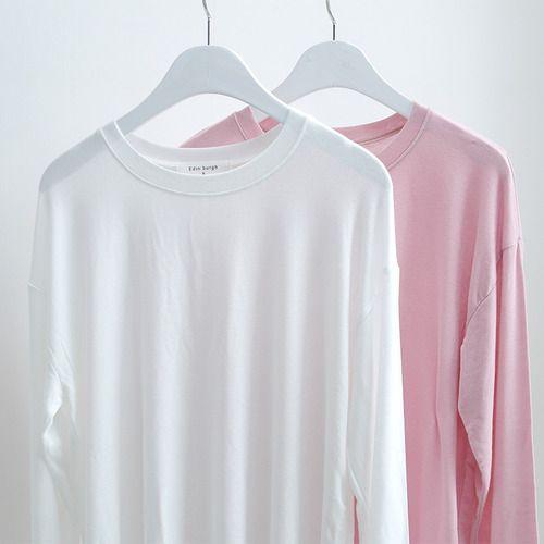촉감이 엄청 부드러운 티셔츠입니다! 살짝 비침이 있지만 이너를입었을 때도 이너가 많이 티나지 않을 정도라서 시스루로 입으셔도 이쁠것 같아요 핑크색이 예쁘게 나왔고 흰색도 기본으로 좋을것 같아요 기장이 너무길지도 짧지도않아서 빼입었을 때 좋은 티셔츠입니다 :)