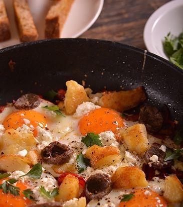 Αβγά στο τηγάνι με πιπεριές, σουτζούκι και φέτα | Γιάννης Λουκάκος