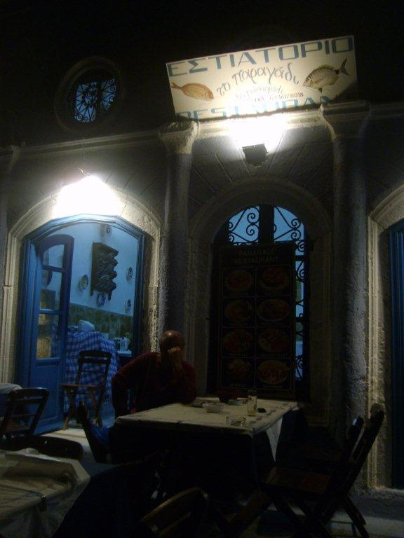 Restoran'a geliyoruz. Önce beyaz peynirli salata, patlıcan, minik karides güveç alıyoruz. Costas ile sohbet ediyoruz. Yunan kıyıları, Kıbrıs meselesi, Meis'in durumundan İstanbul'un güzelliğine kadar her konuyu konuşuyoruz... Daha fazla bilgi ve fotoğraf için; http://www.geziyorum.net/meis/