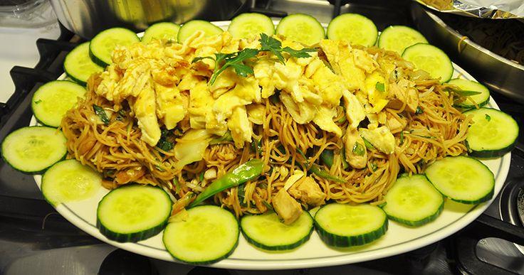 Deze Indische bami is een klassieke Beb Vuyk recept. Het wordt gemaakt met kip en garnalen. Zo vol van smaak en met zo weinig ingrediënten. Een top recept.