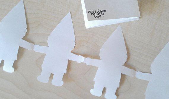 Iedereen een paar kabouters kleuren, samen een mooie slinger maken! Superleuk, deze Gnome Paper Garland PDF - DIY Printable Party Decorations & Fun Kids Craft