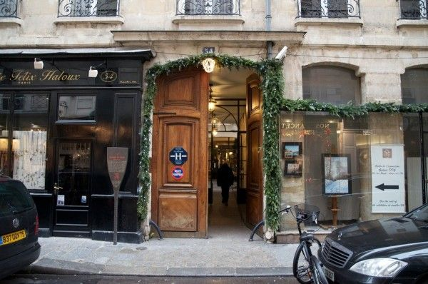 The door of the Jeu de Paume Hotel in Paris, 54 rue Saint-Louis en l'île. All decorated for the winter season, isn't it lovely? Find out more about this unique 4 stars hotel: http://jeudepaumehotel.com/ (Photo credit: Vincent Lautier)