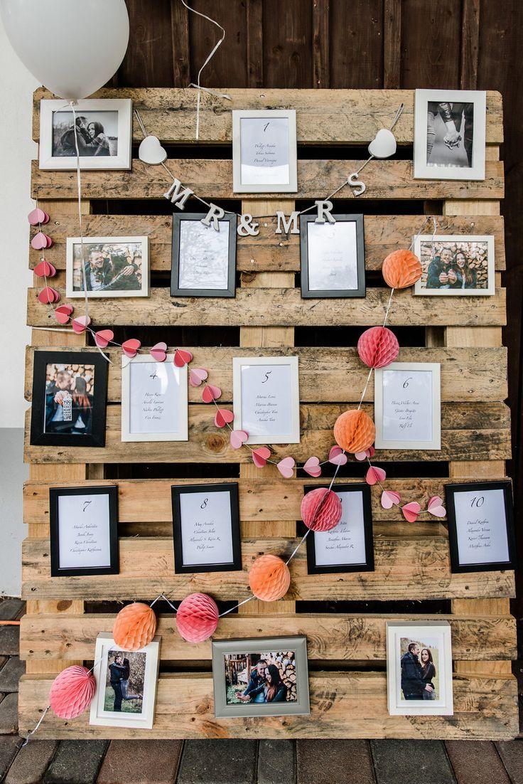 ein tischplan sitzplan zur hochzeit mit bilderrahmen an einer alten palette foto brigitte. Black Bedroom Furniture Sets. Home Design Ideas