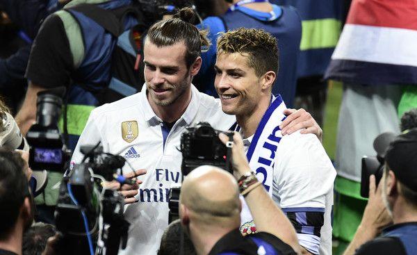 Real Madrid's Portuguese forward Cristiano Ronaldo and Real Madrid's Welsh forward Gareth Bale pose after winning the Liga title after the Spanish league football match Malaga CF vs Real Madrid CF  at La Rosaleda stadium in Malaga on May 21, 2017. / AFP PHOTO / JOSE JORDAN