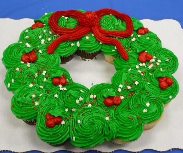 christmas wreath cupcakes!: Christmas Wreaths, Christmas Parties, Wreaths Cupcakes, Christmasholiday Ideas, Cupcakes Wreaths, Christmas Cupcakes, Cupcakes Cakes, Cupcakes Rosa-Choqu, Cute Food