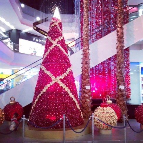 Decoración navideña hecha con bases de botellas PET. Centro Comercial Unicentro, Bogotá D. C.