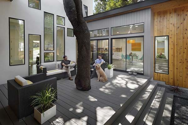 """Modern """"tree house"""" residence reflecting its surroundings in Austin"""