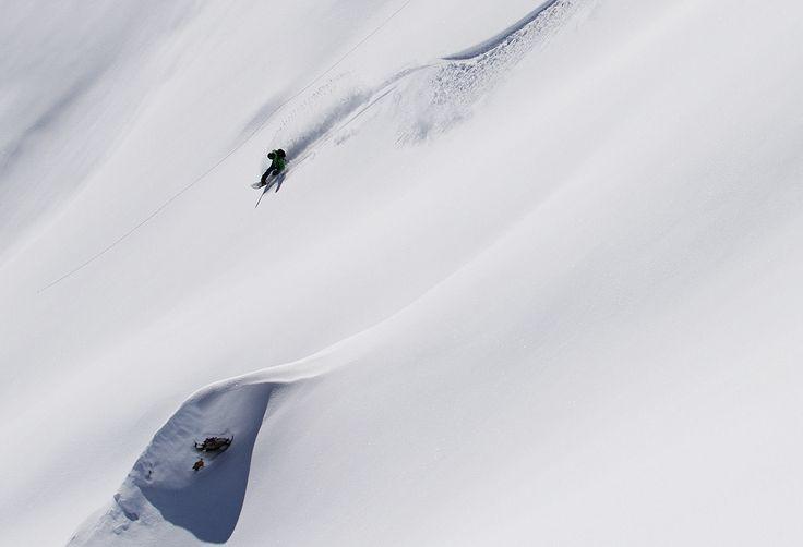 Freeride Hotspot Nr. 1 - auf der anderen Talseite erschließt die Rinderhütten Bahn und der Burglift lange Abfahrten hinunter ins Novatal. Ein kurzer Aufstieg über den Winterklettersteig Burg ermöglicht zusätzlich viele spektakuläre Runs. #silvrettamontafon #skiing #freeride #powderline