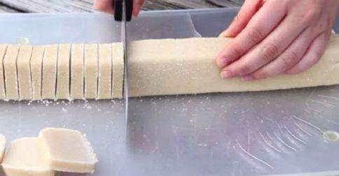 Θα γλείφετε και τα δάχτυλά σας: πανεύκολα μπισκότα βουτύρου με μόνο 3 υλικά έτοιμα σε 30 λεπτά!