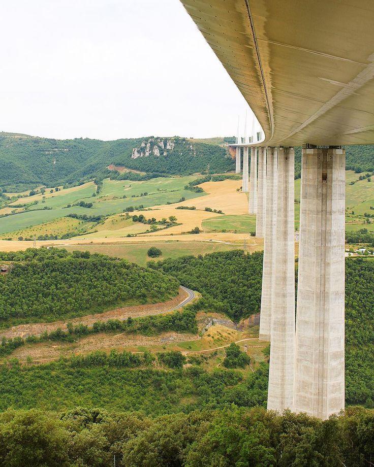 L'envers du décor  Le viaduc de Millau : 400M 3 ans de travaux 1000 hommes  2 jours en AVEYRON   Viaduc de Millau  suivre sur #pintadeAveyron  _______________ #aveyron #aveyronvivrevrai #aveyrontourisme #aveyronemotion #igersaveyron #occitanie #tourismeoccitanie #tourismeaveyron #travelblog #blogtravel #blogfood #food #travelphotography #travelblogger #pintademontpellier #viaduc #viaducmillau #millau #tarn