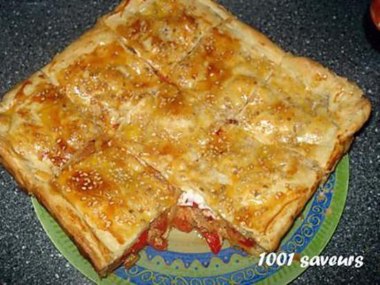 La meilleure recette de Kaldi (feuilleté aux légumes et au thon)! L'essayer, c'est l'adopter! 4.4/5 (14 votes), 47 Commentaires. Ingrédients: 2 rouleaux de pâte feuilletée,  2 oignons,  2 à 3 gousses d'ail,  2 belles tomates,  environ 200g de viande hachée (que j'ai remplacé par du thon),  un poivron,  une poignée d'olives,  sel, poivre,  curcuma,  tabil (mélange d'épices de 'Algérie de l'est et de la Tunisie, que vous pouvez remplacer par du ras el ha...